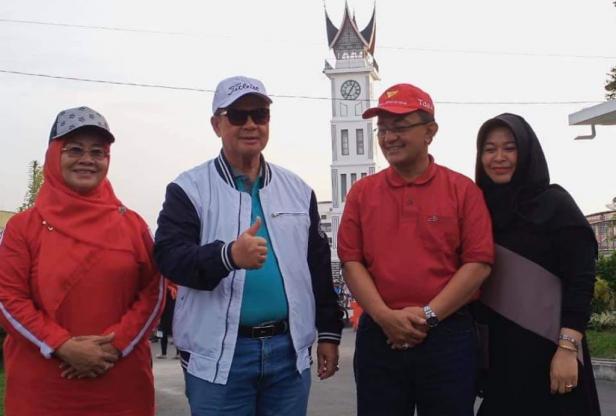 Nasrul Abit dan Indra Catri didampingi istri masing-masing saat kegiatan sepeda santai di Jam Gadang Bukittinggi