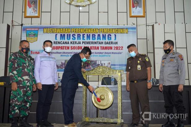 Plh Bupati Solsel Doni Rahmat Samulo memukul Gong Menandai Musrenbang RKPD Solsel 2022 disaksikan oleh ketua DPRD Solsel Zigo Rolanda dan Forkopimda , Padang Aro, Selasa 30 Maret 2021