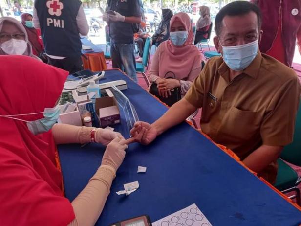 Bupati Pessel, Rusma Yul Anwar didampingi istri Titi Rusma Yul Anwar saat donor darah di Bakti Sosial di RSUD M. Zein Painan