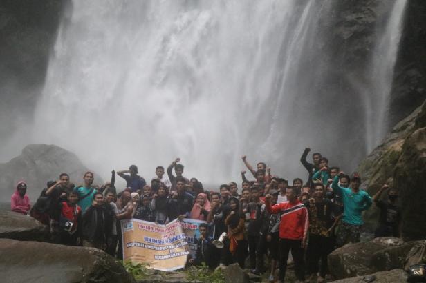 Saat mahasiswa Ikatan Mahasiswa IV Jurai (IM IV J) UIN Imam Bonjol Padang berada Air Terjun Serasah Talang Lumpo