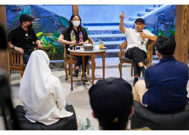 Menkop UKM didampingi Stafsus Presiden Putri Tanjung saat berdiskusi dengan Komunitas Kuliner Bandung, di Orbital Dago, Bandung, Jabar, beberapa waktu lalu.