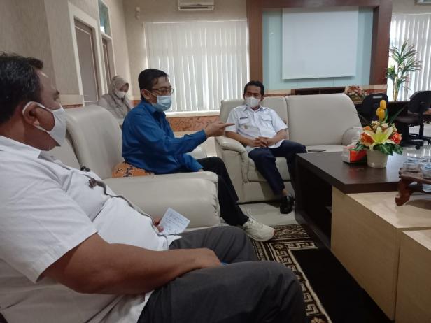 Dr. dr. Andani Eka Putra saat berbincang dengan Wabup Pessel