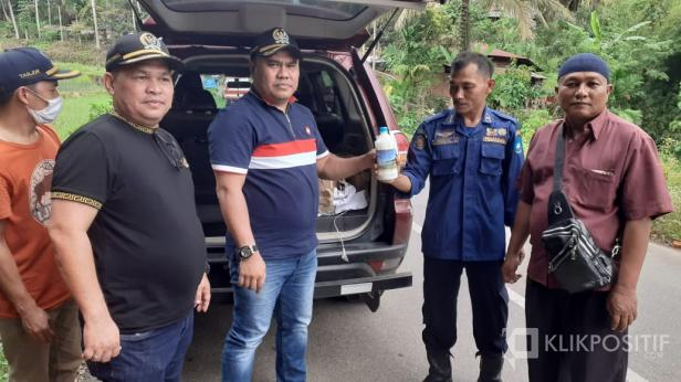 Anggota DPRD Sumbar Asal Sawahlunto Rico Alviano dan Taufik Syahrial Saat Menyerahkan Cairan Desinfektan