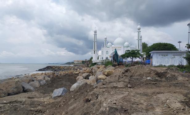 Penanganan Abrasi di Masjid Al Hakim