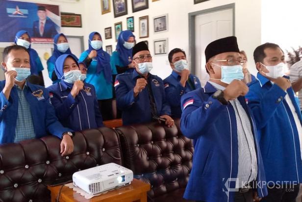 Ketua Dewan Pengurus Cabang (DPC) Partau Demokrat Kabupaten Pasaman Barat Yulianto bersama para kader saat mengikuti acara HUT 20 Partai Demokrat secara virtual