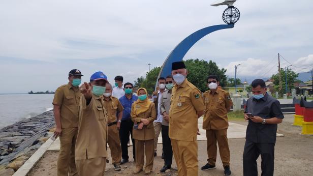 Gubernur Sumbar Mahyeldi Ansharullah bersama beberapa kepala OPD saat meninjau proyek abrasi pantai di Tugu Merpati