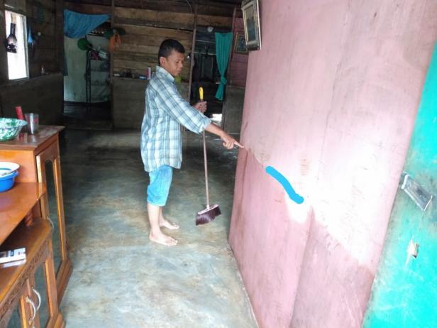 Warga Jorong Sungai Jerinjiang Nagari Talao Sungai kunyit Kecamatan Sangir Balai Janggo menunjukkan bekas ketinggian air saat banjir menggenangi rumahnya Senin 17/2 sekira Pkl 22.00
