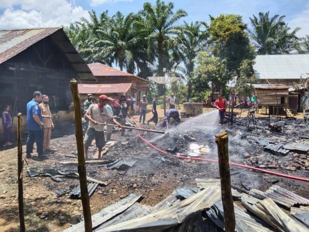 Kondisi satu rumah warga yang hangus terbakar di Pancung Soal Pessel