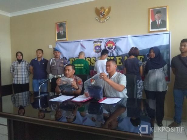 Kapolresta Padang Kombes Pol Yulmar Tri Himawan dan Kasatreskrim Polresta Padang AKP Erdriyan Wiguna Saat Press Release di Mapolresta Padang