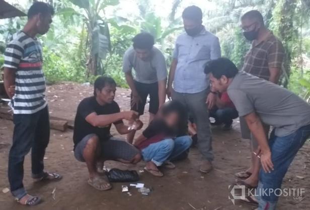 Salah seorang tersangka ketika diamankan Satres Narkoba Polres Pasaman Barat