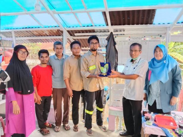 Penyerahan cinderamata kepada owner Indolarva dari Yayasan Semen Padang