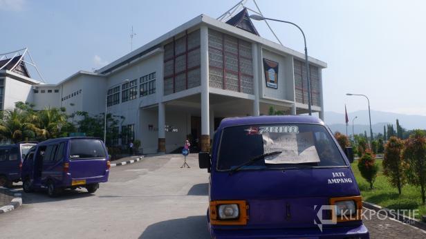 Angkot saat melakukan aksi di depan Balai Kota Padang