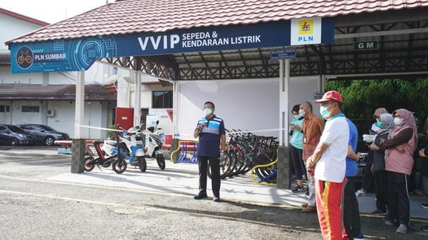 PLN UIW Sumbar memberikan tempat khusus VVIP bagi para pesepeda dan pengguna kendaraan listrik di lingkungan kantor.