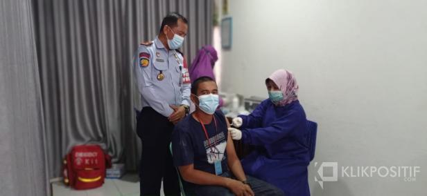 Kalapas Muhammad Kameily saat menyaksikan vaksinasi tahap II di Lapas Klas IIB Payakumbuh