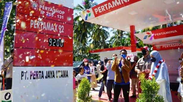Anggota DPRRI Andre Rosiade meresmikan pengoperasian Pertashop di Kuranji Hilir, Sungai Limau, Padangpariaman didampingi owner Rachmad Wijaya.