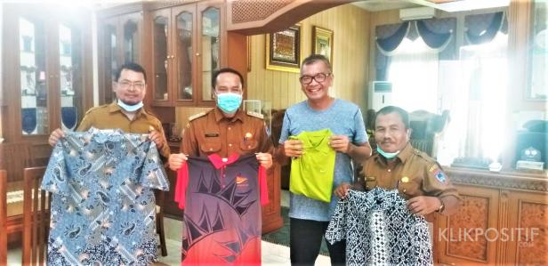 Wali Kota Payakumbuh Riza Falepi saat memberikan pakaian layak pakai kepada Camat Irwan Suwandi sebagai bentuk dukungan terhadap Program YATIM BALAKI