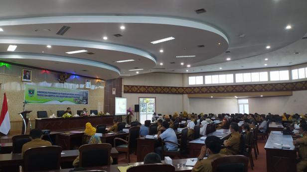 Rapat Koordinasi Pengelolaan Lingkungan Hidup Provinsi Sumatera Barat. Kegiatan itu bertema Singkronisasi Perencanaan dan Pelaksanaan Urusan Lingkungan Hidup Provinsi dan Kabupaten/Kota dalam Pengelolaan Persampahan di Convention Hall Bukit Lampu Padang, 19 April 2021.