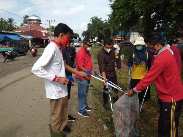 Duo Kader PDID, Bupati Dharmasraya Sutan Riska Tuanku Kerajaan dan Ketua DPRD Dharmasraya Paryanto bersama Wali Nagari Sungai Duo Ali Amran dam masyarakat lakukan aksi bersih-bersih sampah di Nagari Sungai Duo.