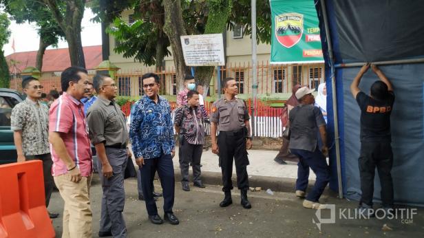 Kepala BPBD Payakumbuh bersama Wakil Walikota dan instansi terkait saat pembangunan Posko Informasi Covid-19 di Payakumbuh