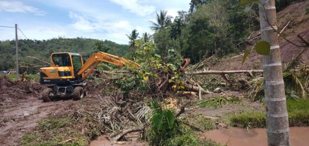 Evakuasi di salah satu titik longsor di Bayang Pessel