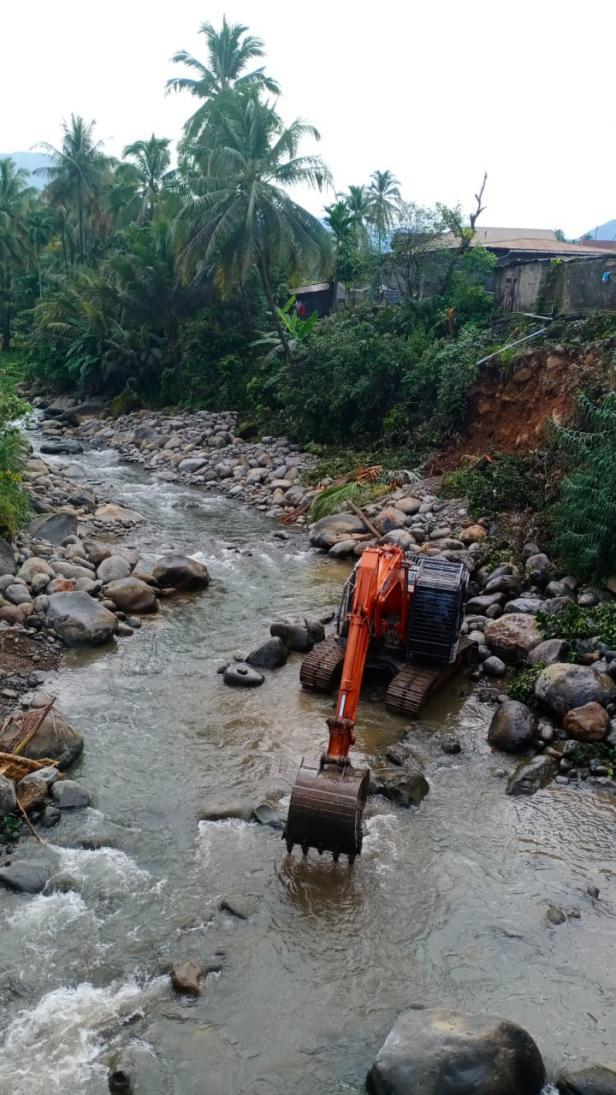 Eskavator yang diturunkan Semen Padang tengah memperbaiki bantaran sungai guna mencegah terjadinya longsor susulan di yebing sungai, di Kelurahan Batu Gadang.