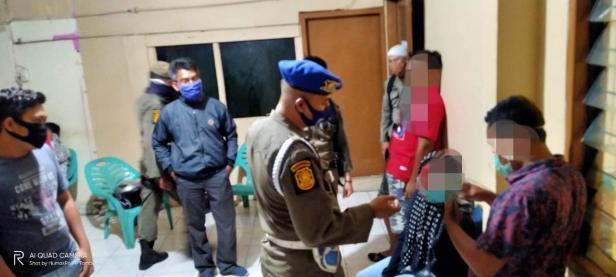 Personel Satpol PP Padang menginterogasi pasangan diduga mesum