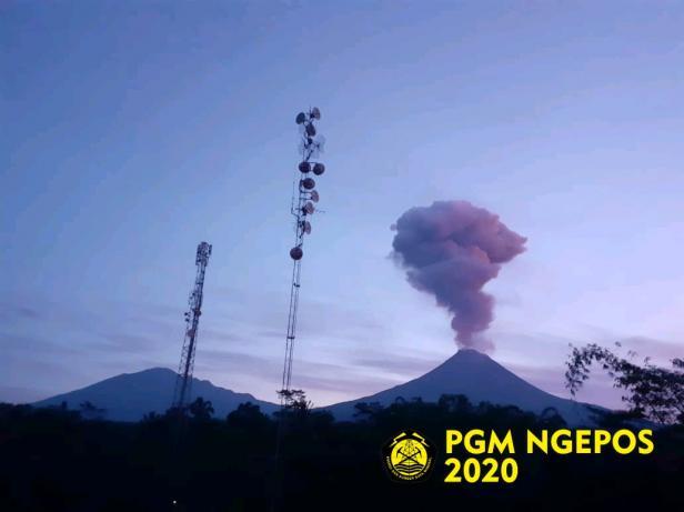 Aktifitas Gunung Merapi pada 13 Februari 2020.