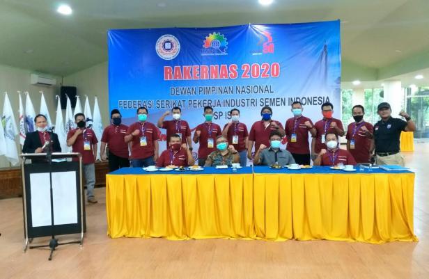 Presiden Konfederasi Serikat Pekerja Indonesia (KSPI) Said Iqbal, foto bersama dengan Ketua IndustriAll Indonesia Council, Iwan Kusmawan dan pengurus serikat pekerja semen di Indonesia.