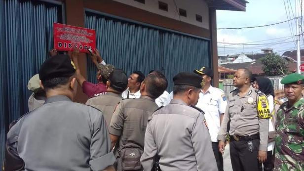 Penyegelan dua petak ruko di Kota Payakumbuh disegel, Kamis (13/2).