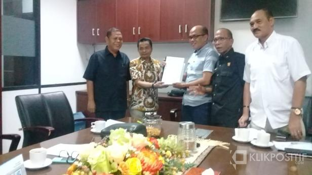 Ketua Fraksi Gerindra Dewan Perwakilan Rakyat Daerah (DPRD) Sumatera Barat Hidayat  saat menyerahkan dokumen interpelasi ke Ketua DPRD, Supardi