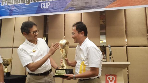 Gubernur Sumbar Irwan Prayitno bersama panitia memegang piala Minangkabau Cup