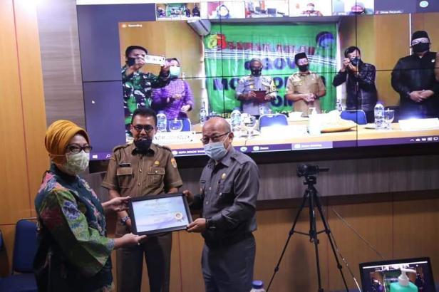 Pjs Wako Solok, Asben Hendri menerima piagam penghargaan dari Kementerian Kominfo atas launching panggilan Darurat 112