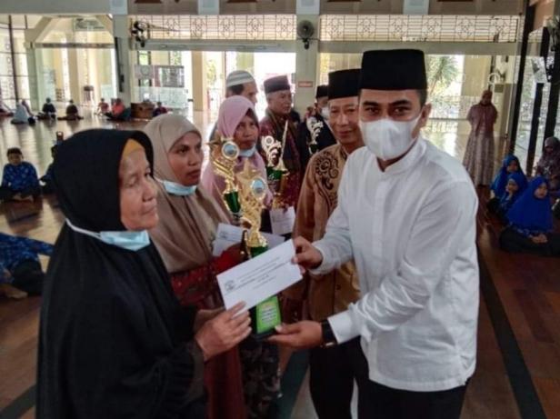 Wakil Wali Kota Solok, Dr. Ramadhani Kirana Putra menyerahkan hadiah bagi pemenang Gebyar Nuzul Quran 1442 Hijriah