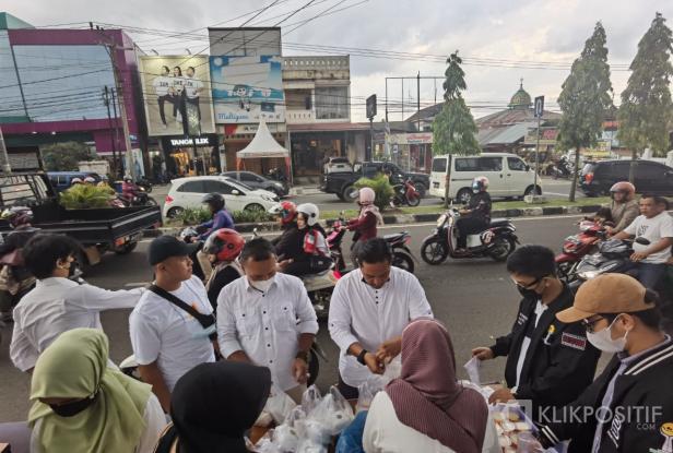 HIPMI Payakumbuh Bagi-Bagi Takjil di Jalan Soekarno Hatta