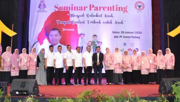 Direktur Keuangan Semen Padang Tubagus M Dharury bersama penasehat, pengurus FKIKSP serta staf pimpinan Semen Padang diabadikan bersama Abah Ihsan di GSG Semen Padang, Selasa (28/1/2020).