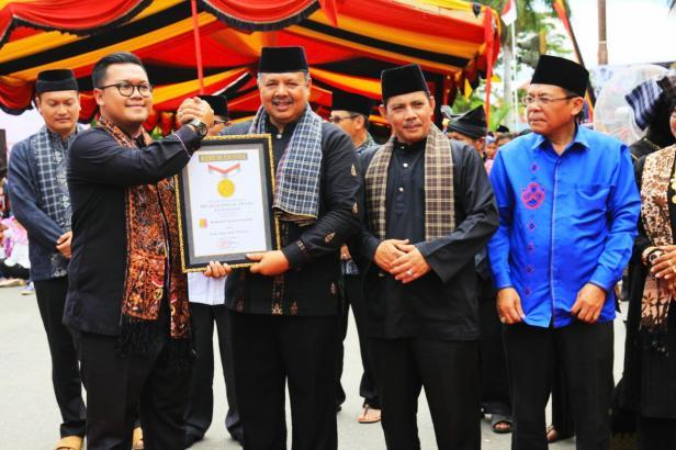 Wako Solok Zul Elfian dan Wawako Reinier saat menerima piagam MURI untuk tradisi Arak Bako terbanyak.
