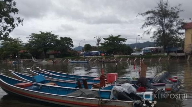 Perahu Nelayan di Pantai Muaro Lasak, Padang