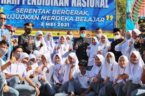 Bupati Pessel, Rusma Yul Anwar saat peluncuran pendidikan gratis dalam peringatan Hari Pendidikan Nasional 2021