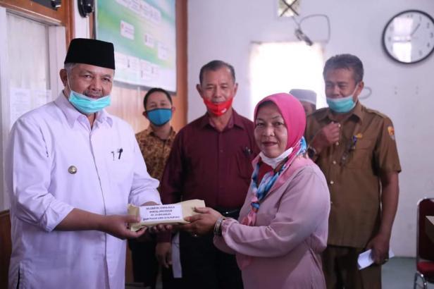 Wako Solok, H. Zul Elfian menyerahkan bantuan usaha produktif pada kelompok penerima bantuan