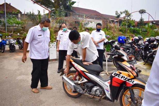 Sekda Kota Payakumbuh, Rida Ananda saat melakukan sidak terhadap kendaraan dinas ASN.