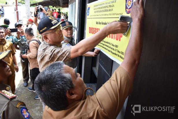 Wako Payakumbuh, Riza Falepi melakukan penyegelan terhadap lima kafe yang terindakasi sebagai tempat maksiat.