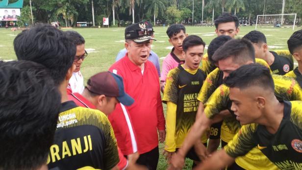 Nasrul Abit bersama pemain yang akan bertanding di Gerindra Cup di lapangan Imam Bonjol Kota Padang, Jumat, 7 Februari 2020