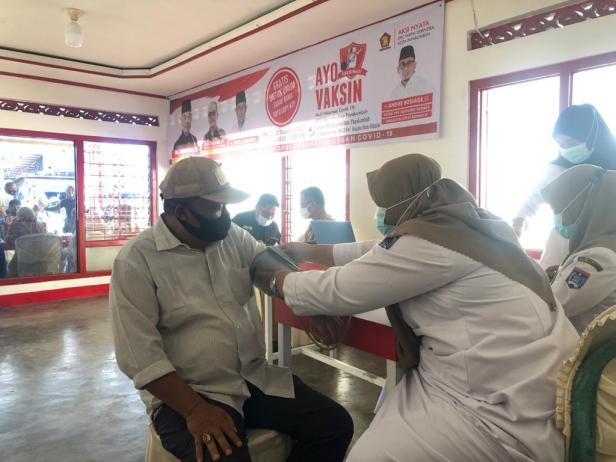 Salah seorang warga Payakumbuh mengikuti program vaksinasi yang digelar Partai Gerindra.