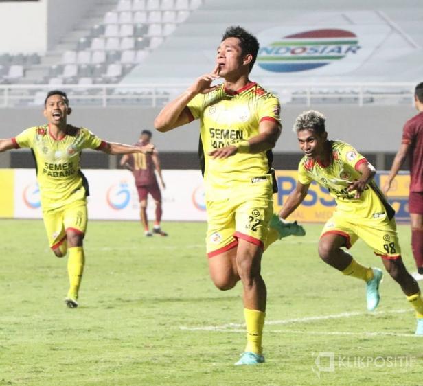 Rocky Sipolo selebrasi usai cetak gol untuk Semen Padang FC