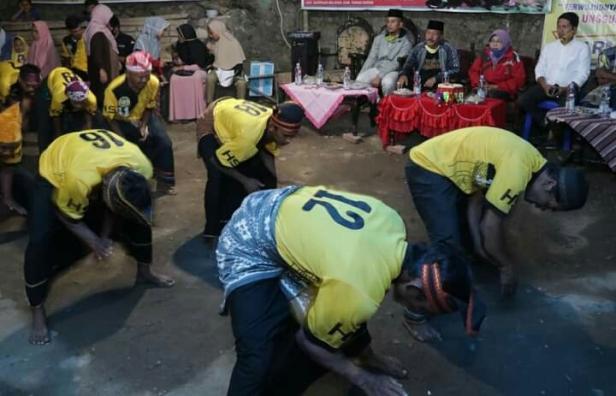 Anggota Grup Randai Guguak Malalo Tanah Datar latihan sebelum berlaga tingkat provinsi