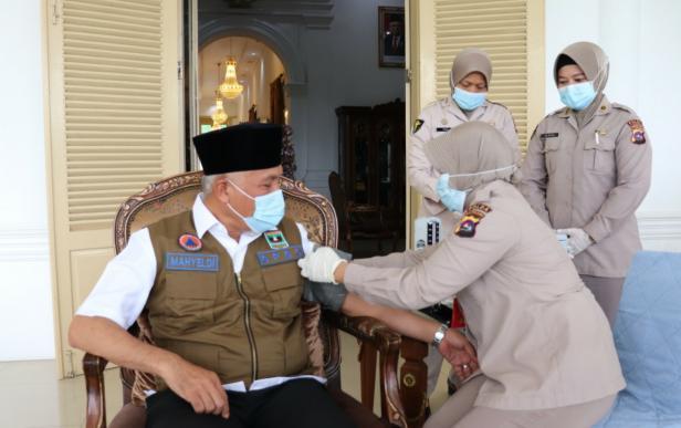 Gubernur Sumbar Mahyeldi Ansharullah saat divaksin tahap dua