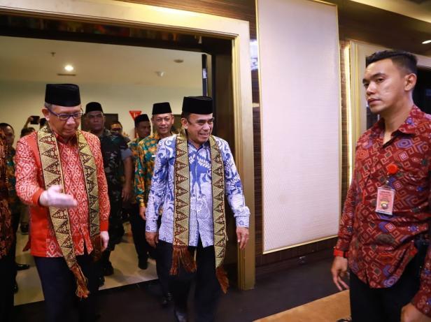 Menag Fachrul Razi memasuki ruang acara pembukaan Raker Pimpinan Kanwil Kemenag Provinsi Kalimantan Barat, di Pontianak.