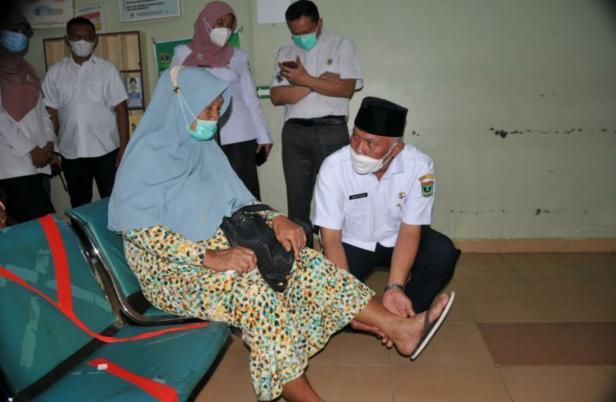 Gubernur Sumbar Mahyeldi Ansharullah saat melihat pasien yang akan berobat di RS Pariaman