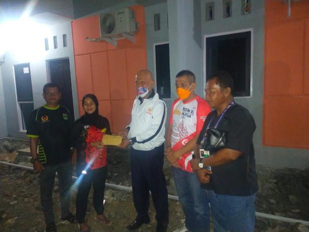 Gubernur Sumbar Berikan Bonus Spontan Peraih Medali PON XX Papua 2021