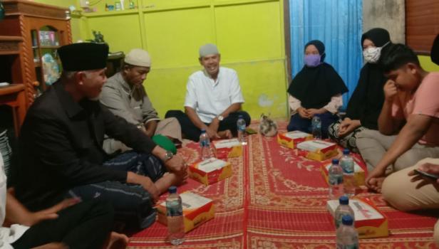 Gubernur Sumbar Mahyeldi Ansharullah saat singgah sahur di rumah Latifa Hanum